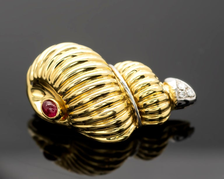 Gold Ruby and Diamond Earrings and Brooch Jewelry Set In New Condition For Sale In Monte Carlo, MC