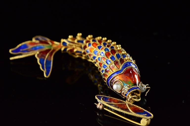 Victorian Era Chinese Red and Blue Enamel Gold Articulated Fish Pin For Sale 3