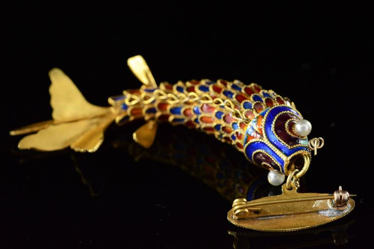 Victorian Era Chinese Red and Blue Enamel Gold Articulated Fish Pin For Sale 2