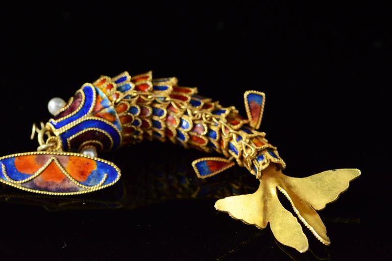 Victorian Era Chinese Red and Blue Enamel Gold Articulated Fish Pin For Sale 1