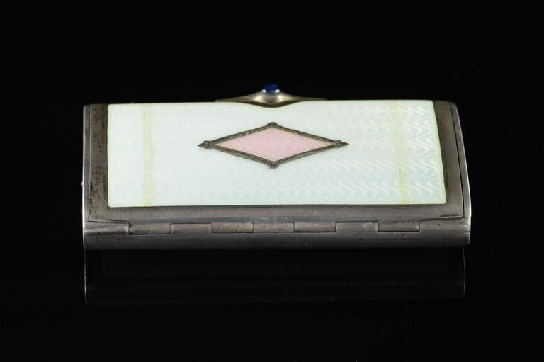Vintage Pink & White Enamel Box In Excellent Condition For Sale In Frederick, MD