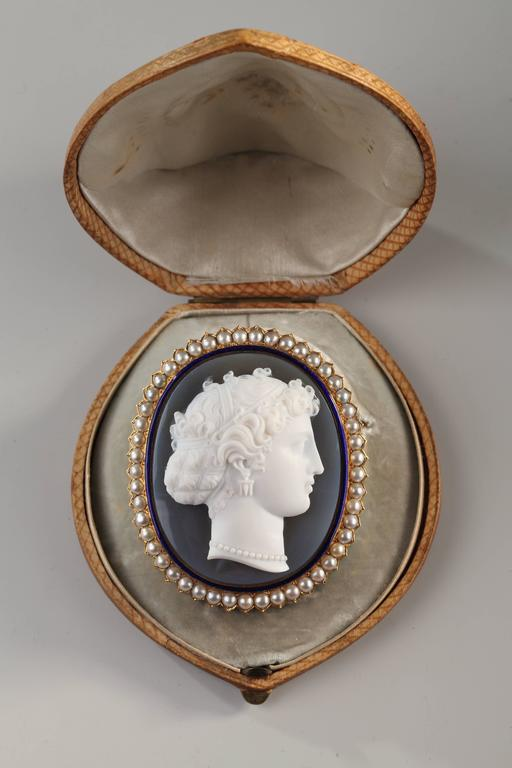Antique French Agate Cameo Pearl Brooch In Excellent Condition For Sale In Paris, FR