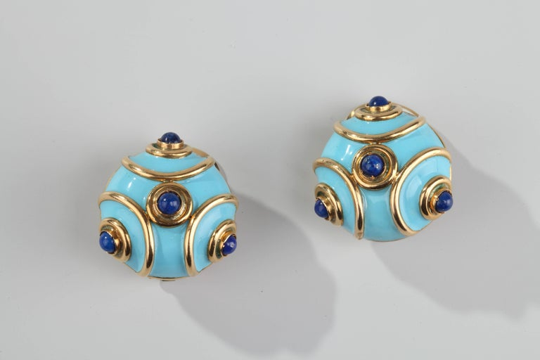 Nice vintage earrings in yellow gold, blue enamel and cabochon of lapis lazuli.
