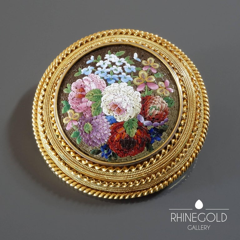 1860s Antique Italian Micro Mosaic Gold Brooch In Excellent Condition For Sale In Dusseldorf, NRW