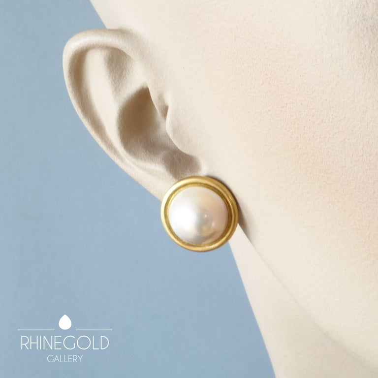 1990s Modern Mabe Pearl Matte Gold Clip-On Earrings In Excellent Condition For Sale In Dusseldorf, NRW