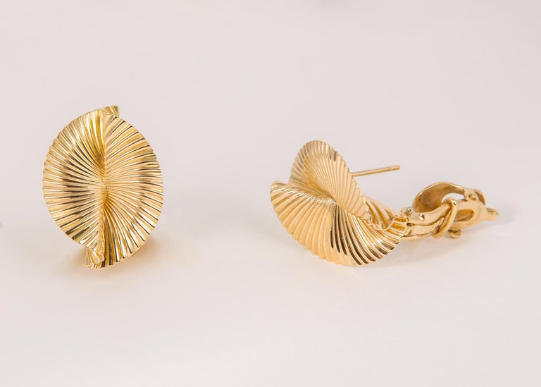 Tiffany & Co. 1960s 18 Karat Fluted Fan Motif Earrings In Excellent Condition For Sale In Atlanta, GA