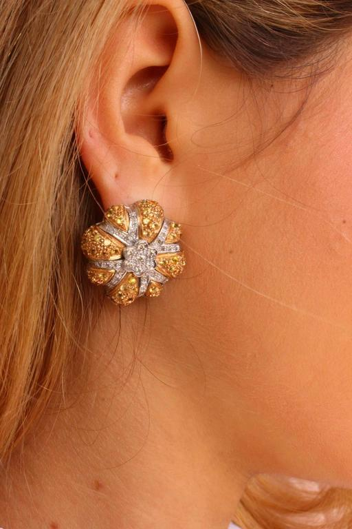 Diamond yellow sapphires Gold Daisy Earrings In As New Condition For Sale In Marcianise (CE), IT