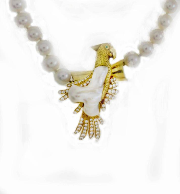 Pearl necklace embellished with a parrot pendant/brooch in 18Kt gold composed of a chest of pearl and the wings are covered in diamonds.  diamonds (1.05Kt). Pearl necklace(46.9gr) Width necklace 0.19 inch Length nechlace 18.50 inch Width Parrot 1.18