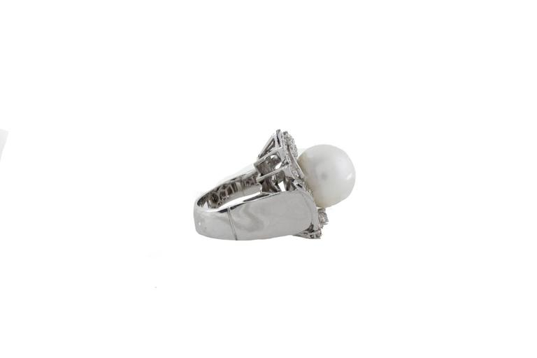 A ring in 14Kt white gold, with a brilliant Australian pearl with a diameter of 14mm surrounded by a twist of diamonds. diamonds(1.56Kt) tot weight 21.6 gr. R.f. 846281  For any enquires, please contact the seller through the message center.