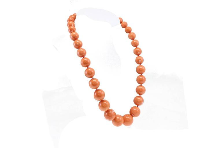 Amazing coral beaded necklace with a claps in 18kt yellow and white gold.  coral 248.50gr sphere diameter smallest one between 12 - 12. 1/2 mm. Biggest one between 23 mm - 23. 1/2 mm tot weight 251.8gr r.f.  guagea