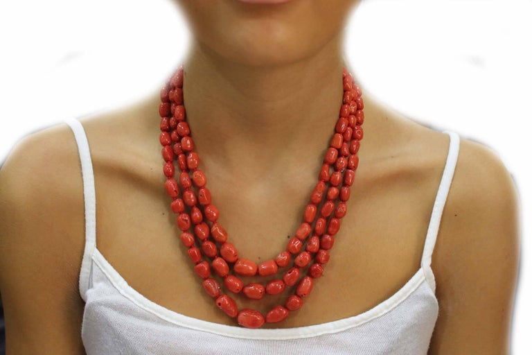 Diamond and Garnet Clasp Three and Three Strands Coral Necklace In As New Condition For Sale In Marcianise (CE), IT