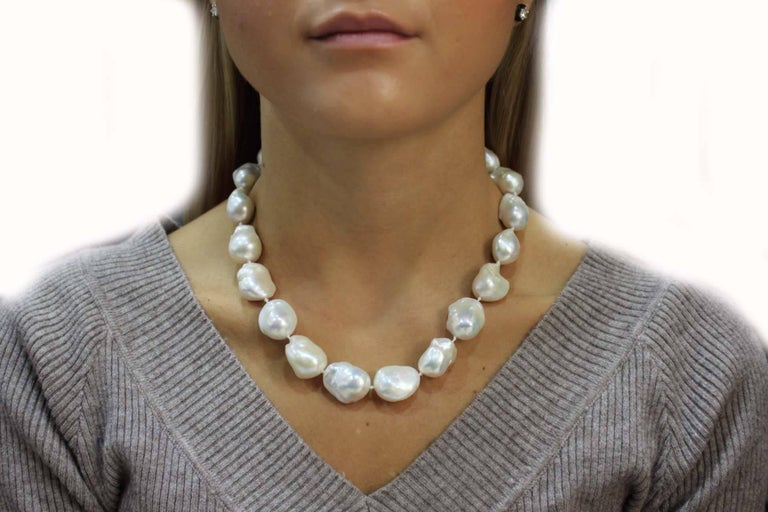 Baroque Pearls and Gold Rubies Clasp Necklace In Good Condition For Sale In Marcianise, Caserta