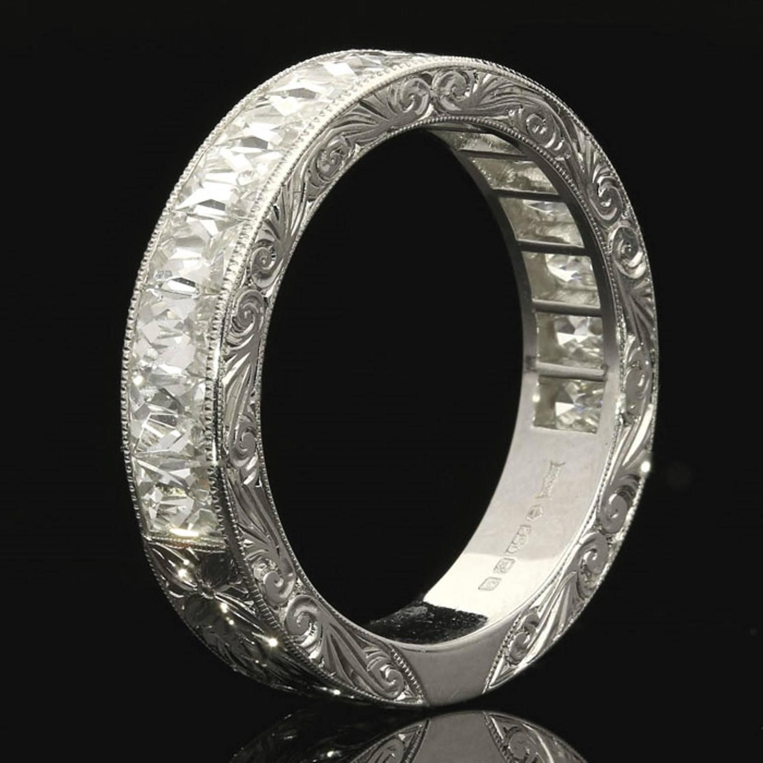 Engraved platinum ring : North south french cut diamond finely engraved platinum
