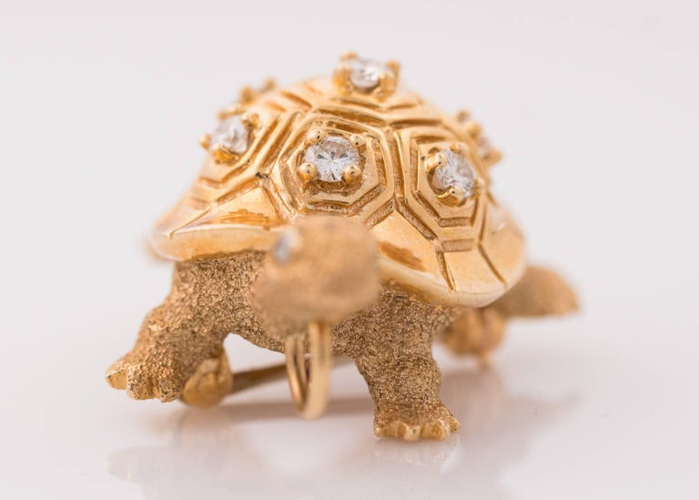 1950s Diamond and 14 Karat Yellow Gold Turtle Brooch Lapel Pin In Good Condition For Sale In New York, NY