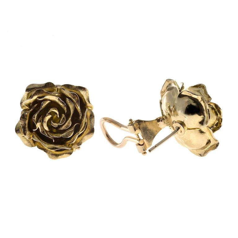 Tiffany & Co. Green Gold 3-D Clip Post Flower Earrings In Good Condition For Sale In Stamford, CT