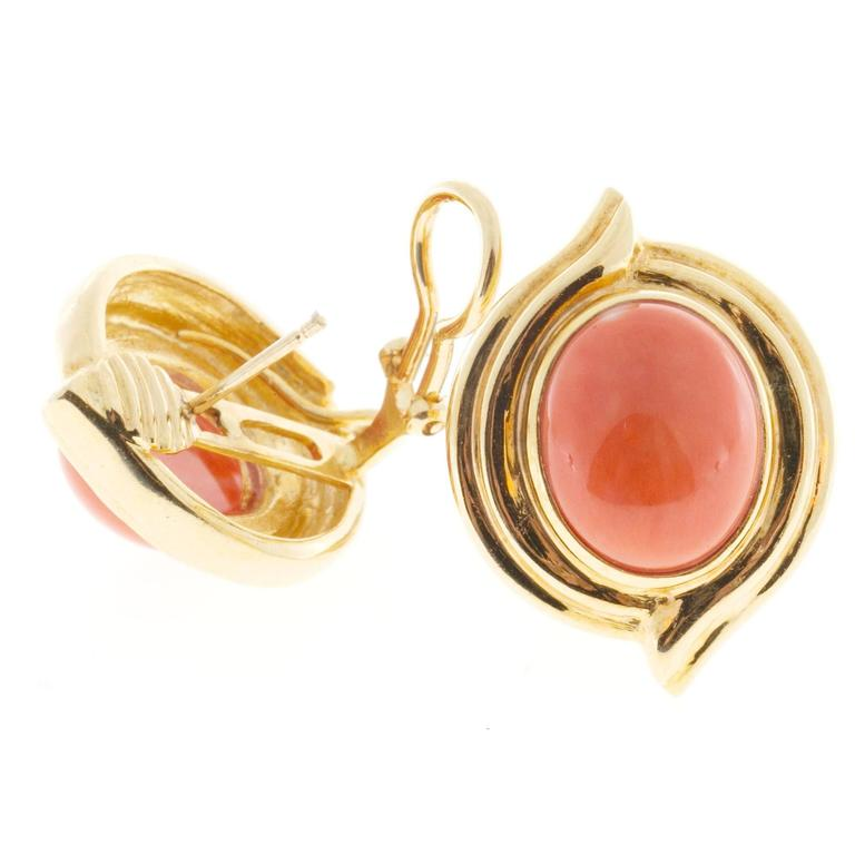 Red Orange Oval Coral Gold Earrings In Good Condition For Sale In Stamford, CT