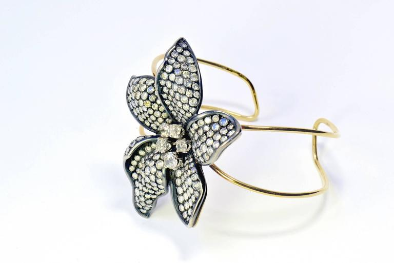 Contemporary Unique Flower 18k Gold Bangle Bracelet Set With White and Grey Diamonds For Sale