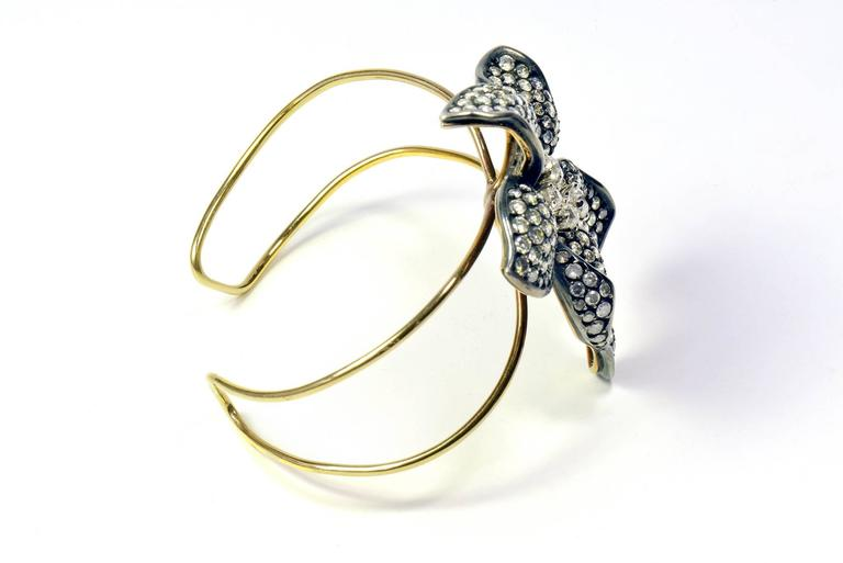Round Cut Unique Flower 18k Gold Bangle Bracelet Set With White and Grey Diamonds For Sale