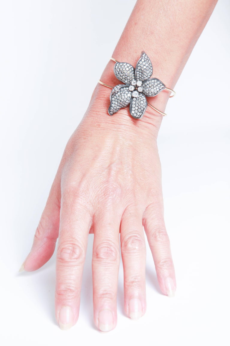 Unique Flower 18k Gold Bangle Bracelet Set With White and Grey Diamonds For Sale 1