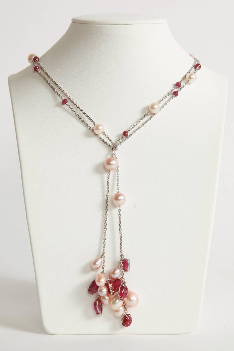 Engraved Rubies and Pearls on a Long White Gold Chain by Marion Jeantet In New Condition For Sale In Paris, FR