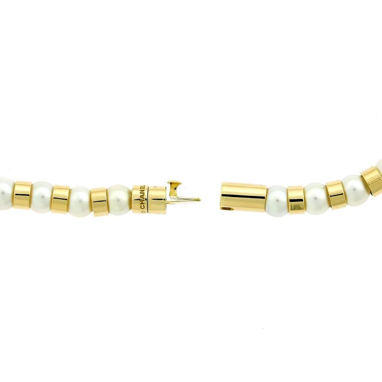 A fabulous Chanel necklace featuring 18k yellow gold beads contrasting with pearls. The necklace has a length of 15