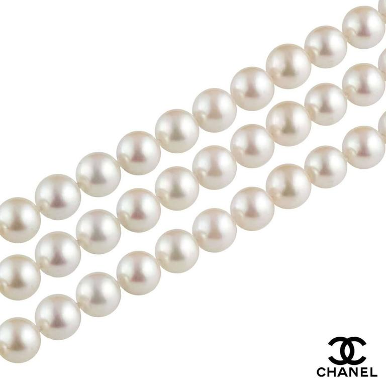 A beautiful 18k white gold diamond and pearl necklace by Chanel. The necklace comprises of 199 individually knotted cultured pearls with an approximate size of 8.5mm. The necklace features a screw fitting to a flower motif with round brilliant cut