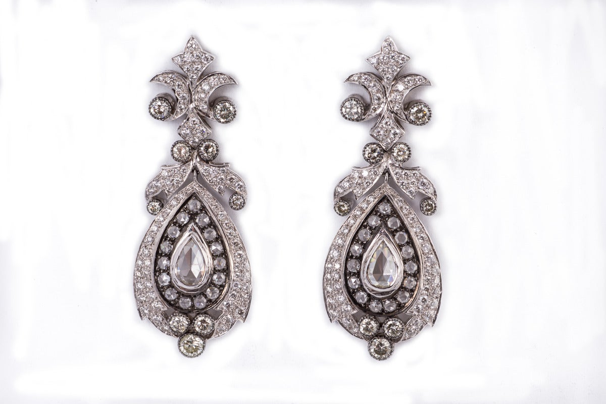 Beautiful Diamond Gold Chandelier Earrings In Excellent Condition For Sale In New Orleans, LA