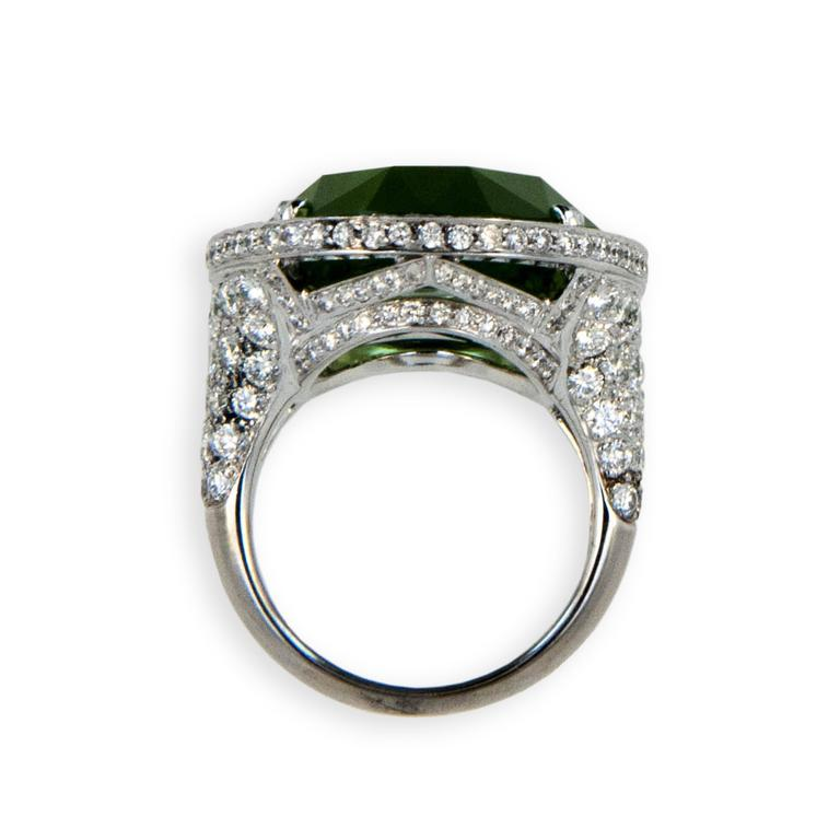 Laura Munder 27.44 Carat Peridot Diamond White Gold Ring In Excellent Condition For Sale In West Palm Beach, FL