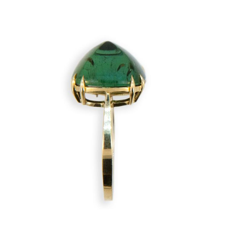 Laura Munder Green Tourmaline Sugarloaf Yellow Gold Ring In As New Condition For Sale In West Palm Beach, FL