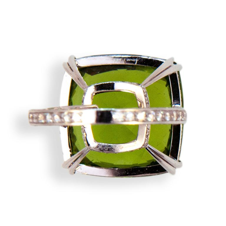 Laura Munder 26.78 Carat Peridot Diamond White Gold Ring In Excellent Condition For Sale In West Palm Beach, FL