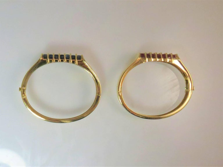 Contemporary Pair of 18 Karat Yellow Gold Sapphire and Ruby Hinged Bangle Bracelets For Sale