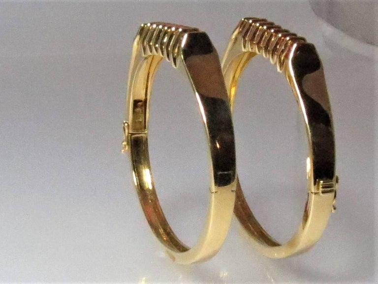 Pair of 18 Karat Yellow Gold Sapphire and Ruby Hinged Bangle Bracelets In Excellent Condition For Sale In Chicago, IL