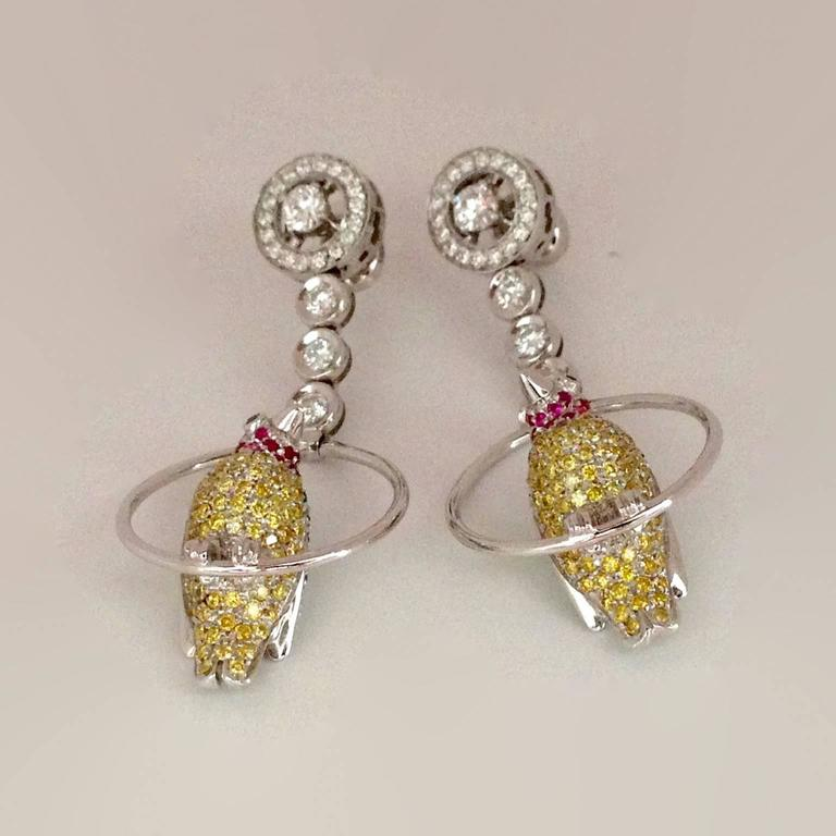 Vivid Yellow White Black Diamond Ruby Emerald 18Kt Gold Birds Drop Earrings In New Condition For Sale In Bussolengo, Verona