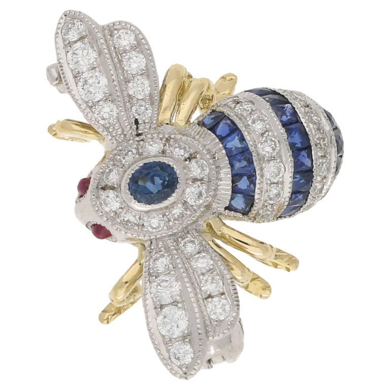 18 Karat Gold Sapphire Diamond Bee Brooch In As New Condition For Sale In London, GB