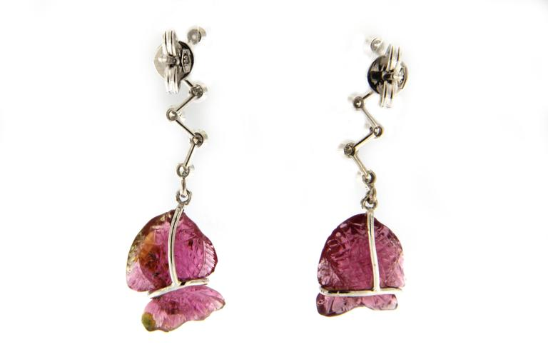 Jona Engraved Pink Tourmaline Fish 18k White Gold White Diamond Dangle Earrings In New Condition For Sale In Torino, IT