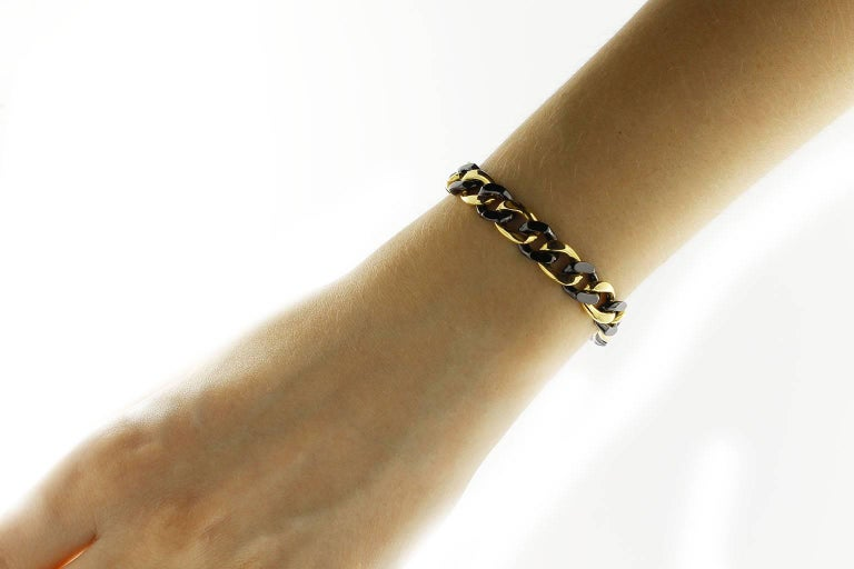 Jona design collection, hand crafted in Italy, alternating 18k yellow gold and black high-tech ceramic curb-link bracelet. Dimensions :  H x 3 cm, W x 0.8 cm, L x 19.5 cm - H x 1.18 in, W x 0.31 in, L x 7.67 in. With a hardness approaching that of