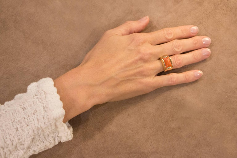 Jona design collection, hand crafted in Italy, 18 carat yellow gold band ring centering a Mediterranean Coral weighing 7.25ct. Dimensions: 0.94 in. H/ 0.80 in. - W/ 0.51 in. -  D/23,87 mm H/ 20 mm W / 12,95 mm D All Jona jewelry is new and has never