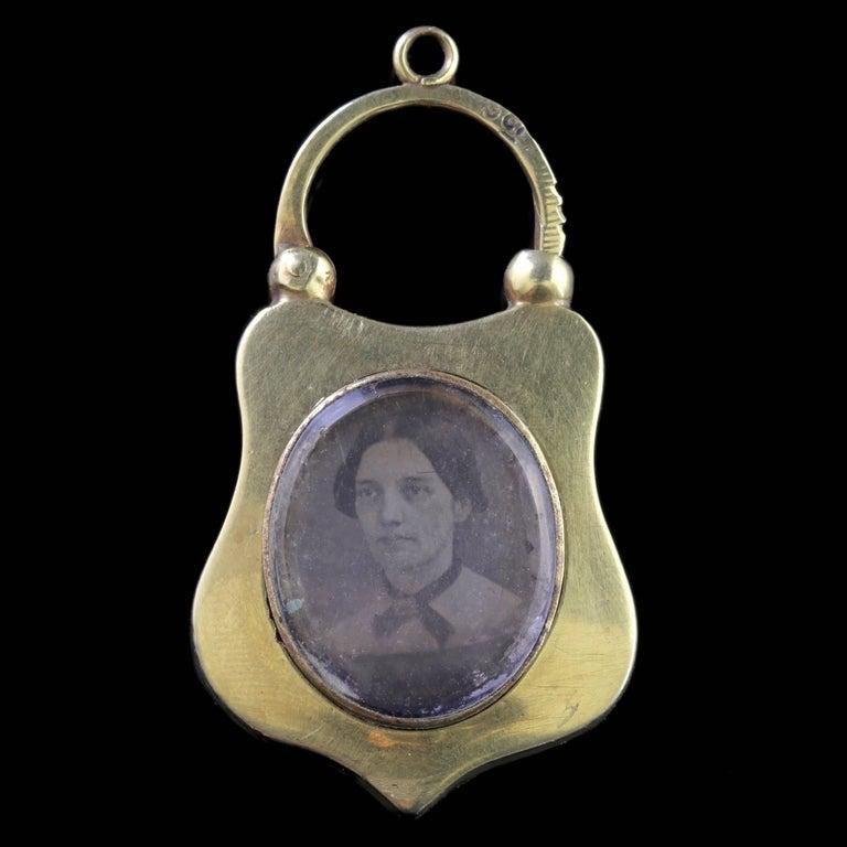 Antique Victorian Scottish 15 Carat Gold Agate Padlock Bracelet, circa 1860 In Excellent Condition For Sale In Lancaster, Lancashire