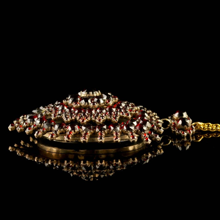 Antique Victorian Garnet Pendant Locket and Gold Chain, circa 1890 In Excellent Condition For Sale In Lancaster, GB