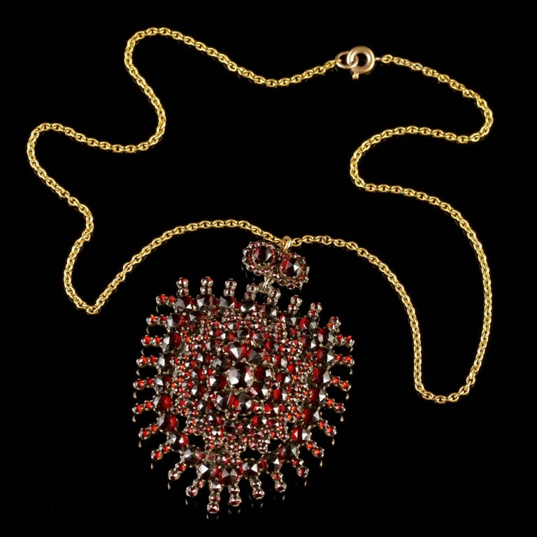 Antique Victorian Garnet Pendant Locket and Gold Chain, circa 1890 For Sale 3