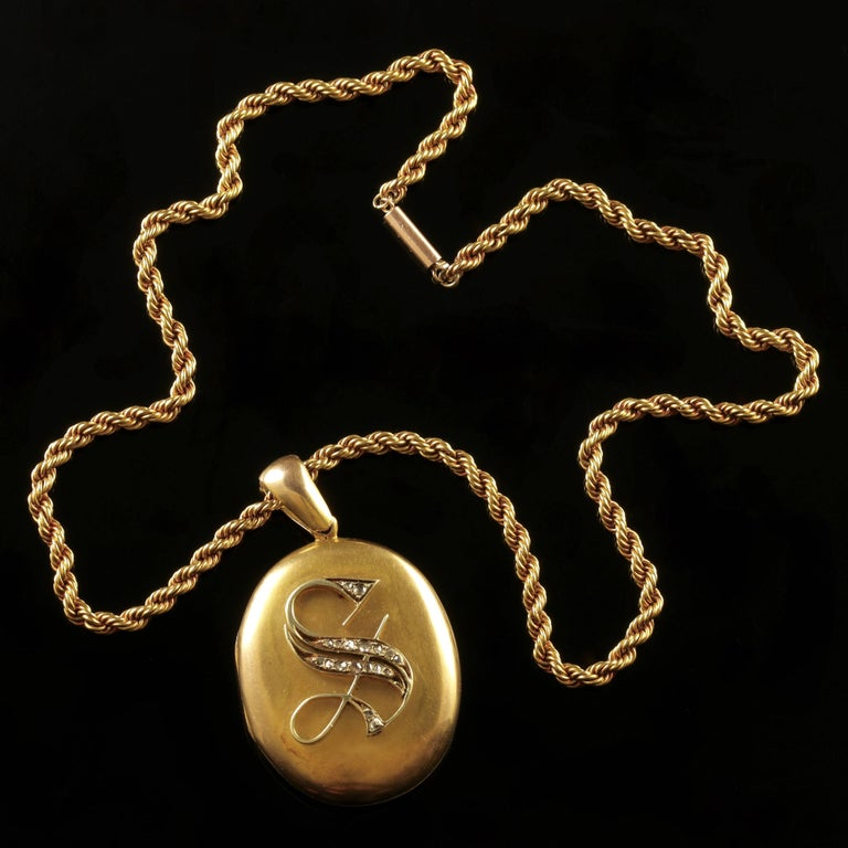 Antique Victorian Diamond Locket and Chain Necklace 18 Carat Gold, circa 1900 For Sale 1