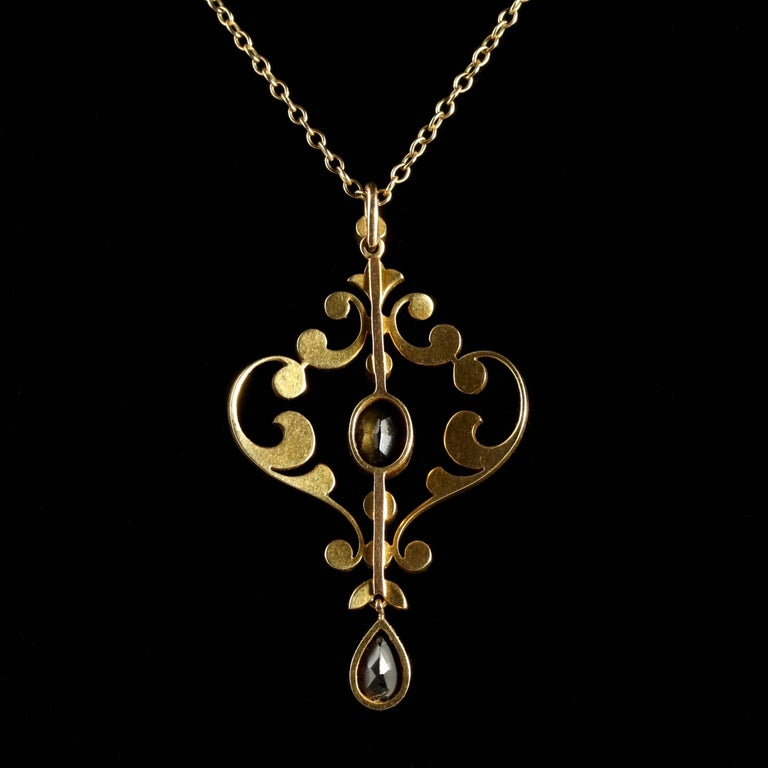 Antique Victorian Amethyst Pendant And Chain 15 Carat Gold In Excellent Condition For Lancaster