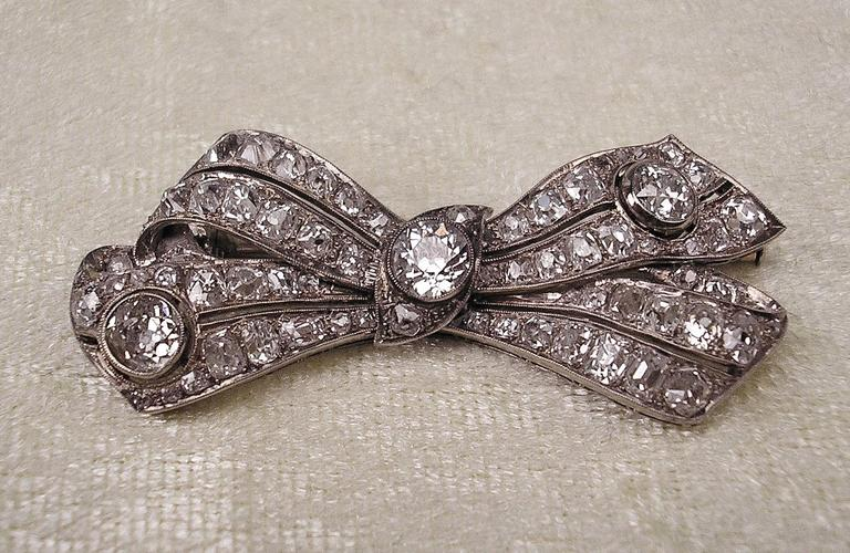 Brooch Shaped as Bow Mesh White Gold Diamonds 5.30 Carat, Art Deco, circa 1920 In Excellent Condition For Sale In Vienna, AT
