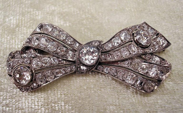 Women's Brooch Shaped as Bow Mesh White Gold Diamonds 5.30 Carat, Art Deco, circa 1920 For Sale