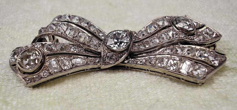 Brooch Shaped as Bow Mesh White Gold Diamonds 5.30 Carat, Art Deco, circa 1920 For Sale 1