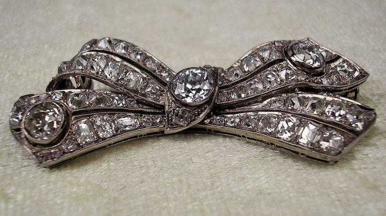 Brooch Shaped as Bow Mesh White Gold Diamonds 5.30 Carat, Art Deco, circa 1920 For Sale 2