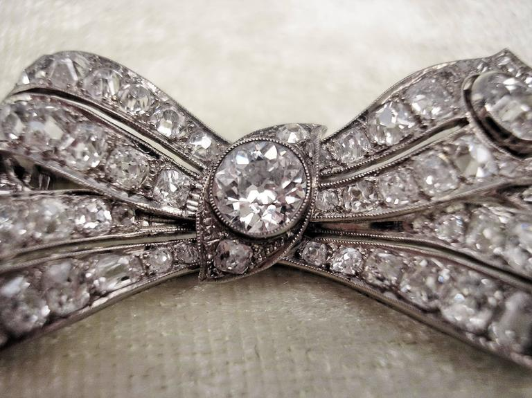 Brooch Shaped as Bow Mesh White Gold Diamonds 5.30 Carat, Art Deco, circa 1920 For Sale 3