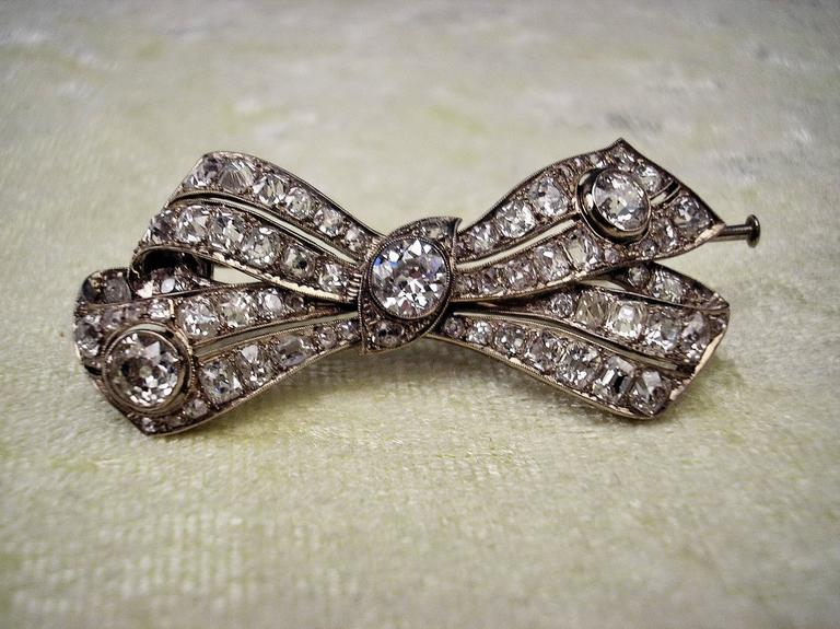 Brooch Shaped as Bow Mesh White Gold Diamonds 5.30 Carat, Art Deco, circa 1920 For Sale 6
