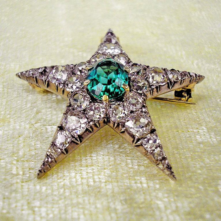 STUNNING JEWELLERY PIECE DERIVING FROM ART NOUVEAU PERIOD: IT IS SHAPED AS STAR, HAVING THE FUNCTION OF PENDANT AS WELL AS OF BROOCH. - THE STAR IS ABUNDANTLY COVERED WITH DIAMONDS (4 ct.)  /  IT IS EDGED BY SILVER MOUNTING. ADDITIONALLY, THERE IS