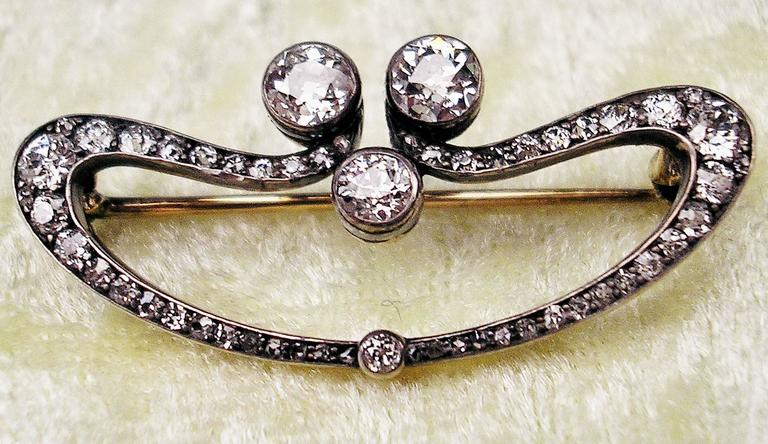 1900s Austrian Art Nouveau Elliptic Diamonds 1.80 Carats Gold Brooch  For Sale 1